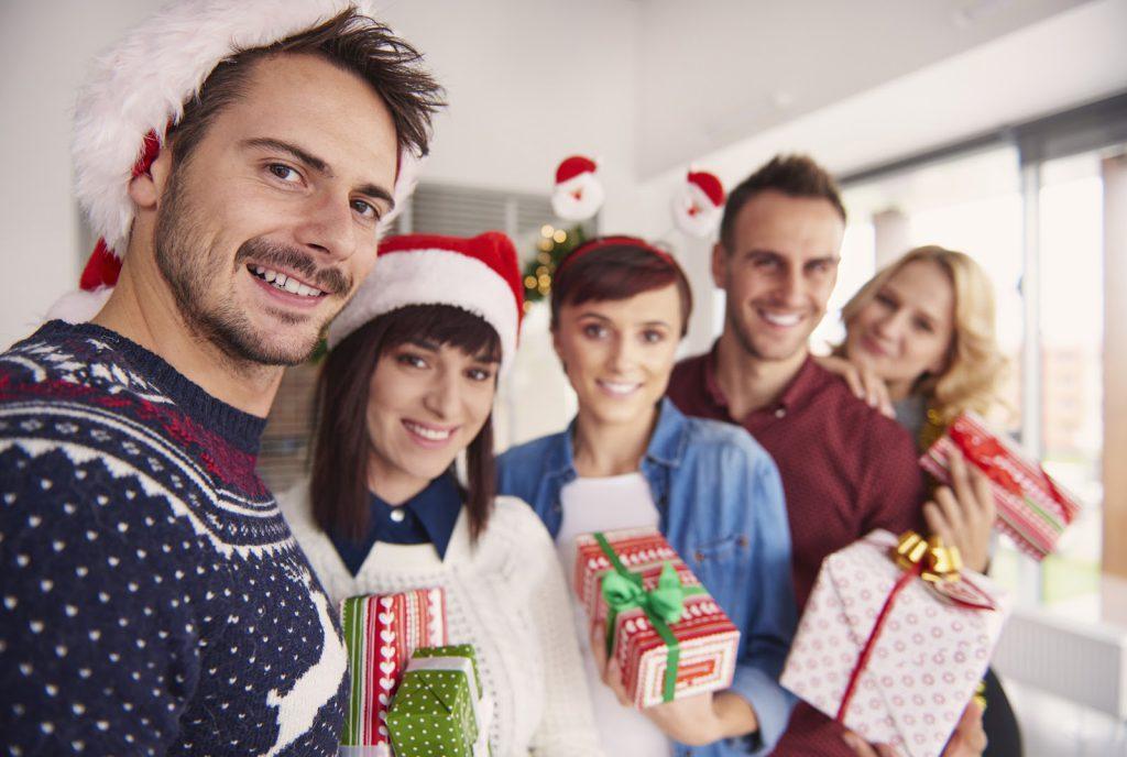 uśmiechnięci ludzie z prezentami