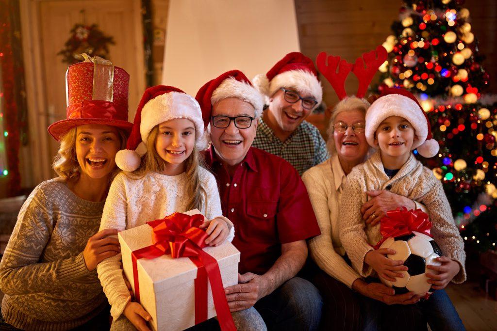 szczęśliwa rodzina z prezentami