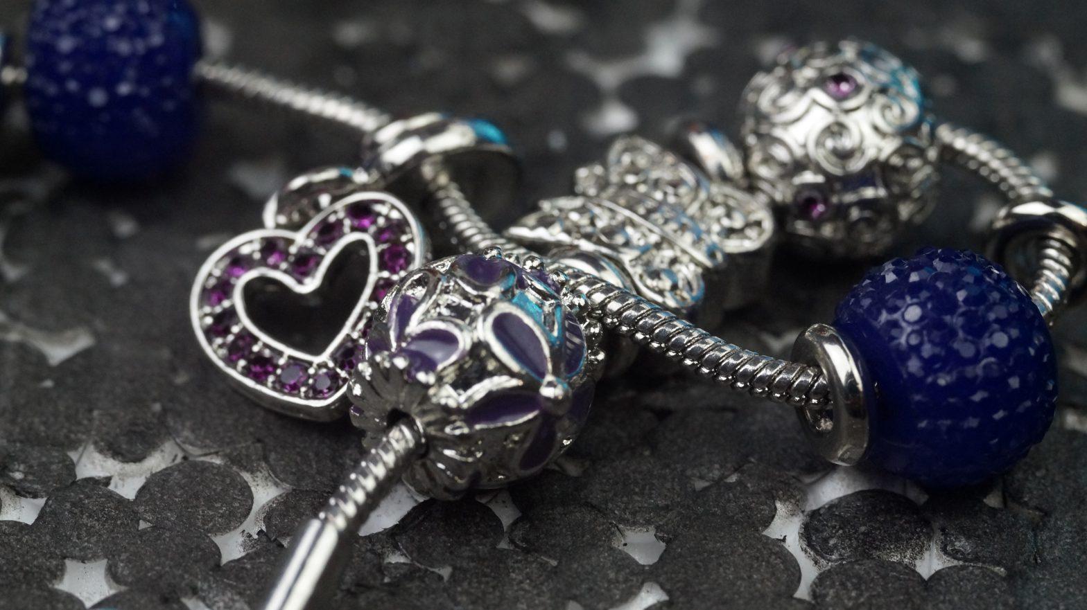 Charms – wyjątkowe zawieszki, które ozdobią każdą biżuterię